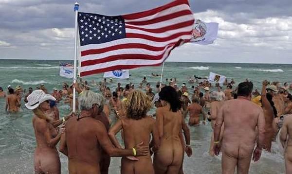 美国裸泳比裸体瑜伽还劲爆